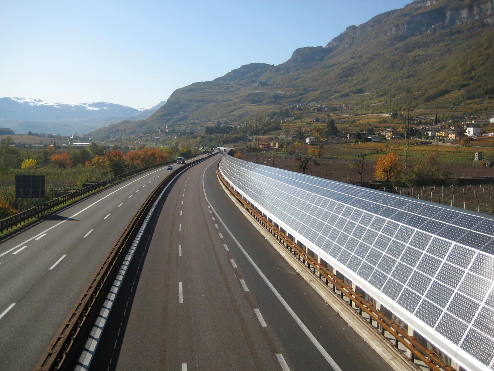 Дорога из солнечных батарей во Франции