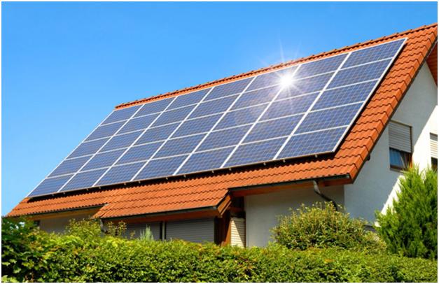 На крыше дома солнечная электростанция